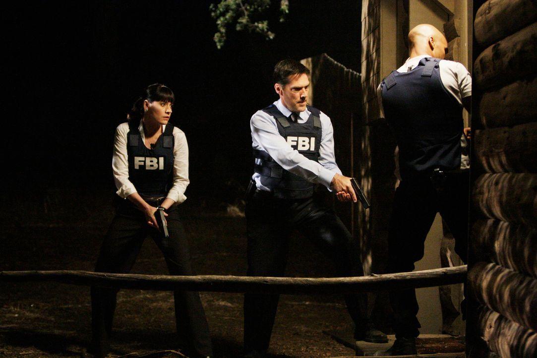 Eher zufällig findet Garcia den Mörder, derbereits wegen Unterwäschefetischismus und Vergewaltigung vorbestraft ist. Hotch (Thomas Gibson, M.), Pren... - Bildquelle: Touchstone Television