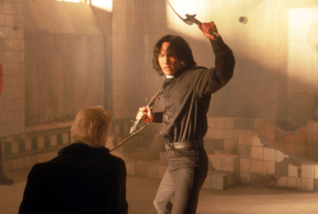 Endlich ist der große Tag gekommen, an dem Pater Uffizi (Jason Scott Lee, r.) seinem ärgsten Feind, dem Vampir Dracula (Stephen Billington, l.), per... - Bildquelle: Neo Art & Logic