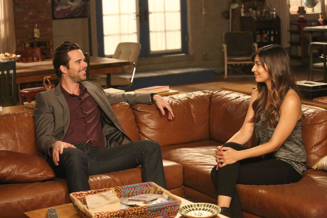 Ausgerechnet Cece (Hannah Simone, r.) soll Sam (David Walton, l.) ablenken, als Jess und Nick versuchen, Jess aus einer sehr ungünstigen und beengen... - Bildquelle: Patrick McElhenney 2016 Fox and its related entities.  All rights reserved.