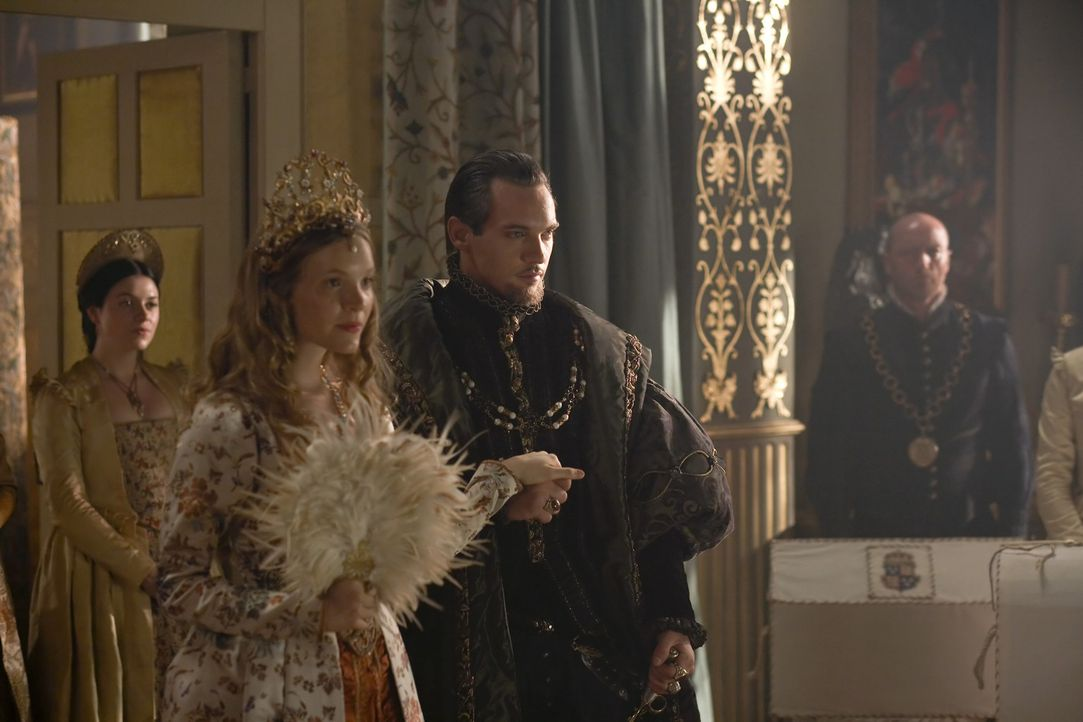 Die Mitglieder am Hof warten mit voller Spannung auf König Henry VIII. (Jonathan Rhys Meyers, 2.v.r.) und seine fünfte Frau, die blutjunge Königi... - Bildquelle: 2010 TM Productions Limited/PA Tudors Inc. An Ireland-Canada Co-Production. All Rights Reserved.