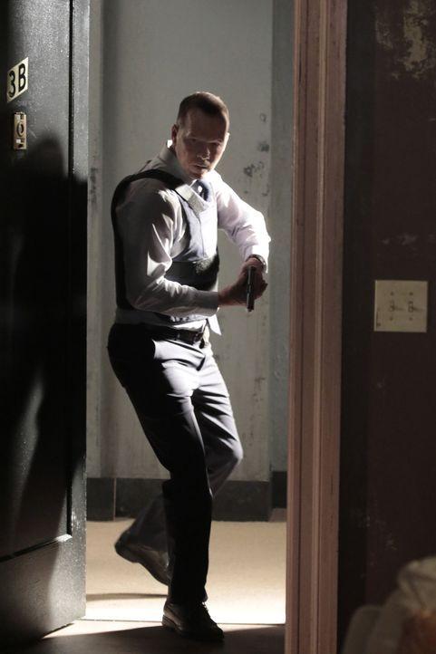 Danny (Donny Wahlberg) stürmt die Wohnung eines Terrorverdächtigen, in der sich drei Bomben befinden sollen, doch er kann nur zwei sicherstellen ... - Bildquelle: Giovanni Rufino 2015 CBS Broadcasting Inc. All Rights Reserved.