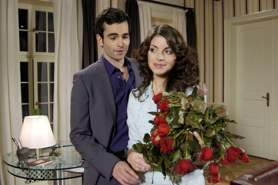 David (Mathis Künzler, l.) versucht Mariella (Bianca Hein, r.) mit Blumen zu überraschen. Auch wenn die Rosen leicht verwelkt sind, schafft es David... - Bildquelle: Monika Schürle Sat.1