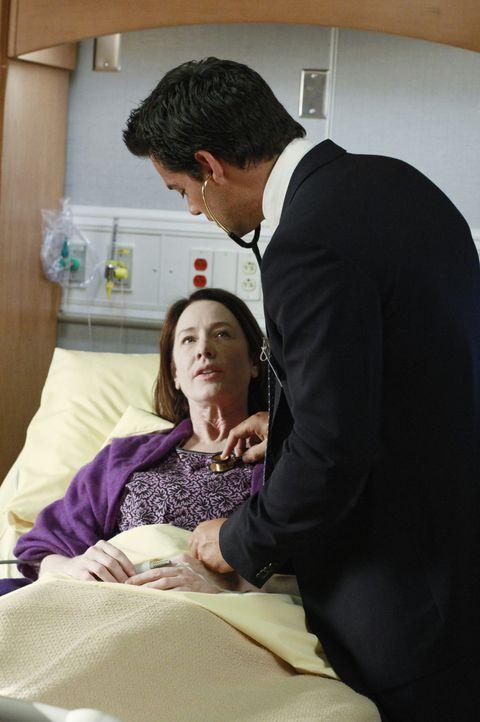 Bizzy und Susan (Ann Cusack, l.) wollen heiraten. Zur Hochzeit lässt sich Susan deshalb von Dr. Rodriguez (Cristián de la Fuente, r.) aus dem Kran... - Bildquelle: ABC Studios