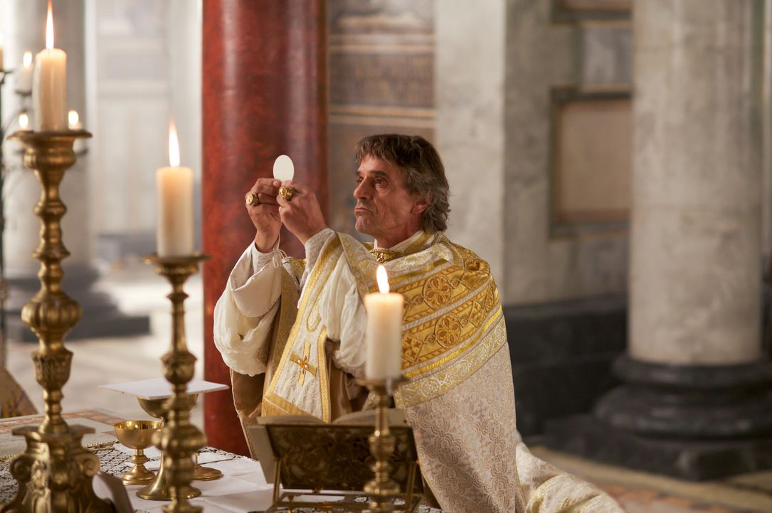 Während der Messfeier wird sogar Papst Alexander VI (Jeremy Irons) Gottes Zorn sichtbar ... - Bildquelle: Jonathan Hession LB Television Productions Limited/Borgias Productions Inc./Borg Films kft/ An Ireland/Canada/Hungary Co-Production. All Rights Reserved.