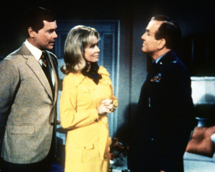 Dr. Bellows (Hayden Rorke, r.) ist nicht allzu böse, dass Tony (Larry Hagman, l.) die Perlenkette seiner Frau Amanda (Emmaline Henry, M.) verloren h... - Bildquelle: Columbia Pictures