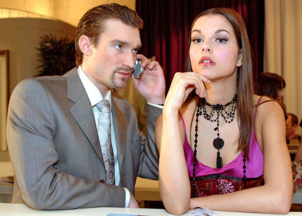 Geschickt versucht Richard (Karim Köster, l.) Magdalena (Susan Hoecke, r.) auf Davids Unzuverlässigkeit aufmerksam zu machen. Vielleicht sollte si... - Bildquelle: Sat.1