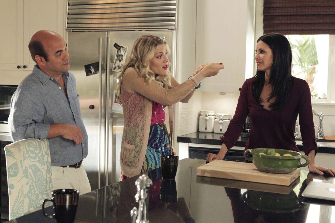 Während Jules (Courteney Cox, r.) Angst hat, dass ihre Beziehung zu Grayson gefährdet ist, ist Ellie sauer auf Andy (Ian Gomez, l.), weil er Lauri... - Bildquelle: 2010 ABC INC.