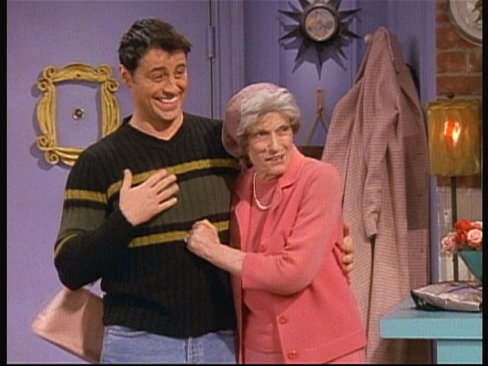 Joeys (Matt LeBlanc, l.) Oma (Lilyan Chauvin, r.) wartet sehnsüchtig darauf, ihren Enkel einmal im Fernsehen zu sehen. - Bildquelle: TM+  2000 WARNER BROS.