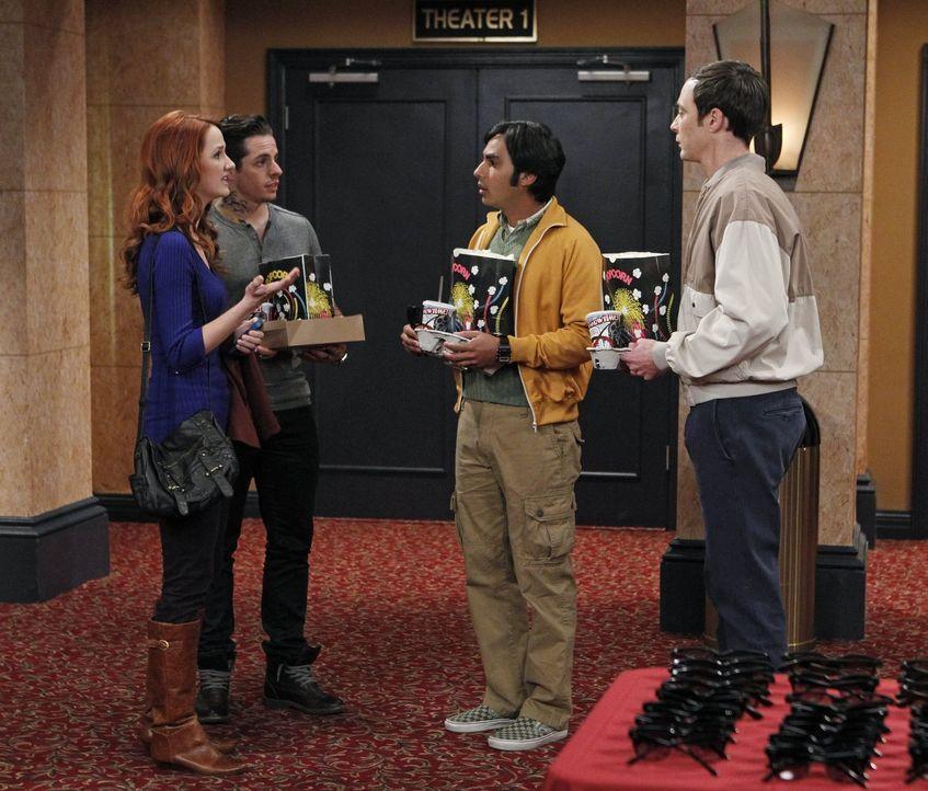 Als Raj (Kunal Nayyar, 2.v.r.) bei einem Kinobesuch auf Emily (Laura Spencer, l.) in Begleitung von Travis (Beau Casper Smart, 2.v.l.) trifft, ist e... - Bildquelle: Warner Brothers