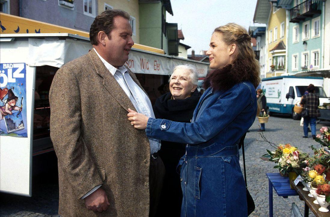 Jennifer (Katharina Schwarz, r.) begrüßt Benno (Ottfried Fischer, l.) und Resi (Ruth Drexel, M.). - Bildquelle: Magdalena Mate Sat.1