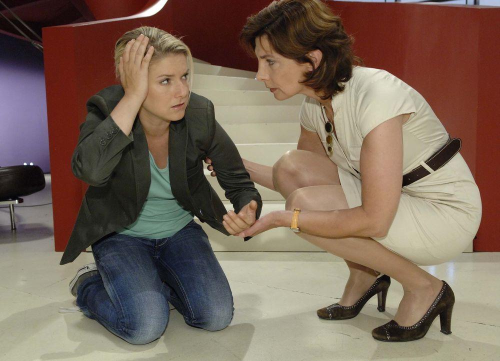 Steffi (Karin Kienzer, r.) macht sich Sorgen um Anna (Jeanette Biedermann, l.), aber die will Gerrits Angriff nicht an die große Glocke hängen. - Bildquelle: Sat.1