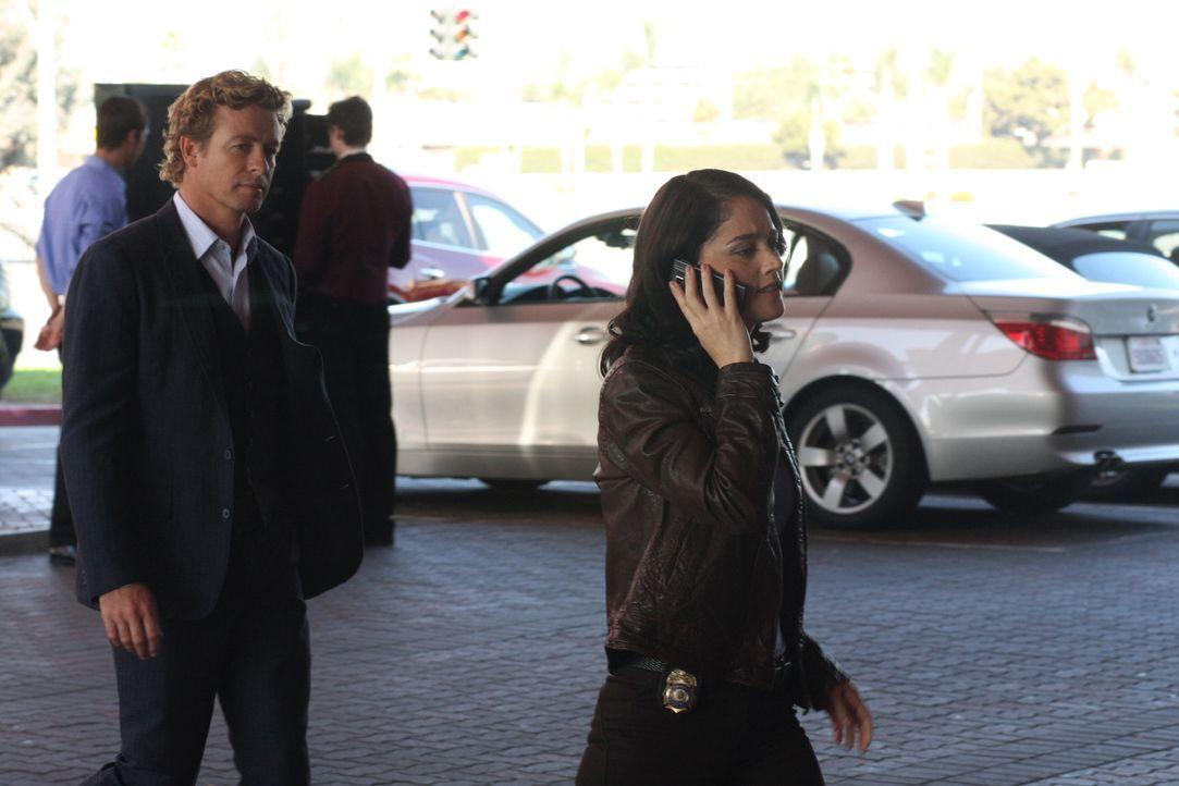 Die Ermittlungen führen Teresa (Robin Tunney, r.) und Patrick (Simon Baker, l.) ins Casino. Doch werden sie dort den Mörder den sie suchen finden? - Bildquelle: Warner Bros. Television