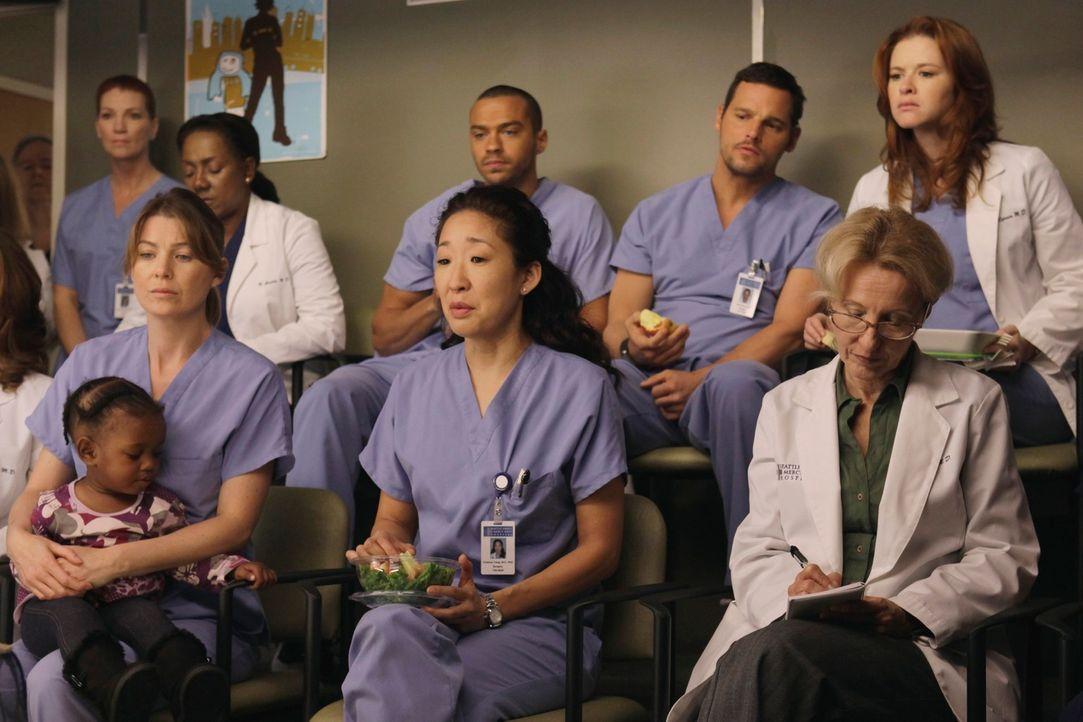 Gespannt verfolgen sie die Operation an den Siamesischen Zwillingen: Meredith (Ellen Pompeo, vorne l.), Cristina (Sandra Oh, vorne M.), Jackson (Jes... - Bildquelle: ABC Studios
