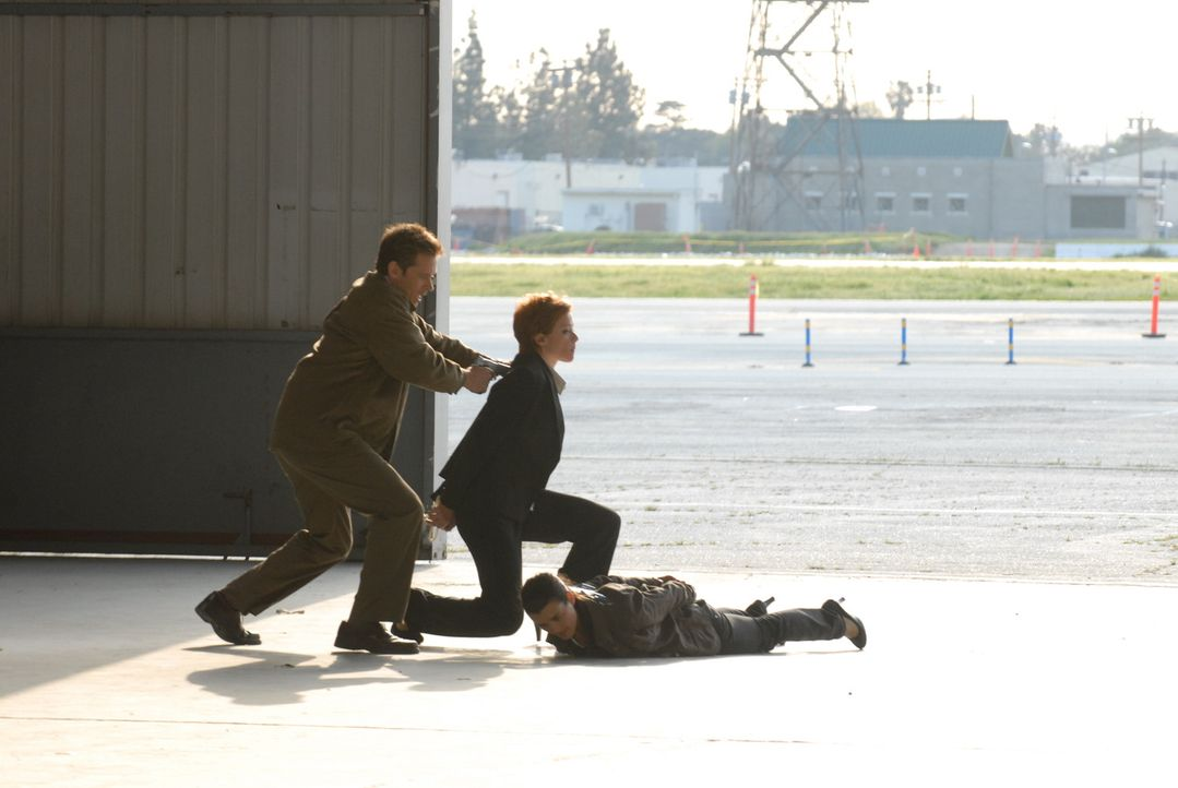 Mit einem riskanten Trick gelingt es Gibbs und Ziva (Cote de Pablo, r.), die Direktorin (Lauren Holly, M.) aus den Fängen von James Dempsey (Connor... - Bildquelle: CBS Television