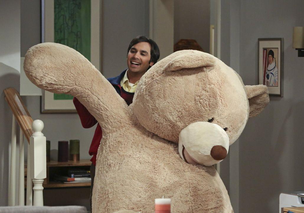 Raj (Kunal Nayyar) ist überglücklich, dass Howard und Bernadette ein Kind bekommen. Doch die beiden fühlen sich von dessen Überschwänglichkeit etwas... - Bildquelle: 2016 Warner Brothers