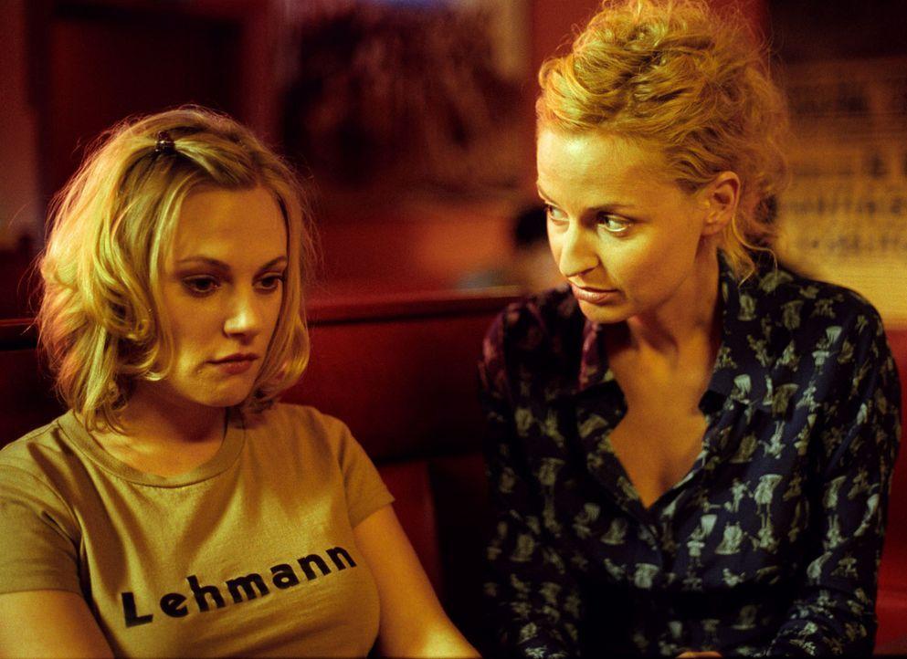 Nadine (Franziska Schlattner, r.) macht ihrer Freundin Leslie (Eva Hassmann, l.) einen Vorschlag: Sie soll mit Koofi eine Scheinehe eingehen. So hat... - Bildquelle: Sat.1