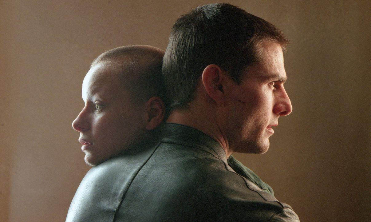 Obwohl Pre-Cog Agatha (Samantha Morton, r.) John Anderton (Tom Cruise, l.) weissagte, innerhalb der nächsten 36 Stunden, ein Mörder zu werden, hil... - Bildquelle: 2002 Dreamworks LLC & 20th Century Fox Film Corp. All Rights Reserved