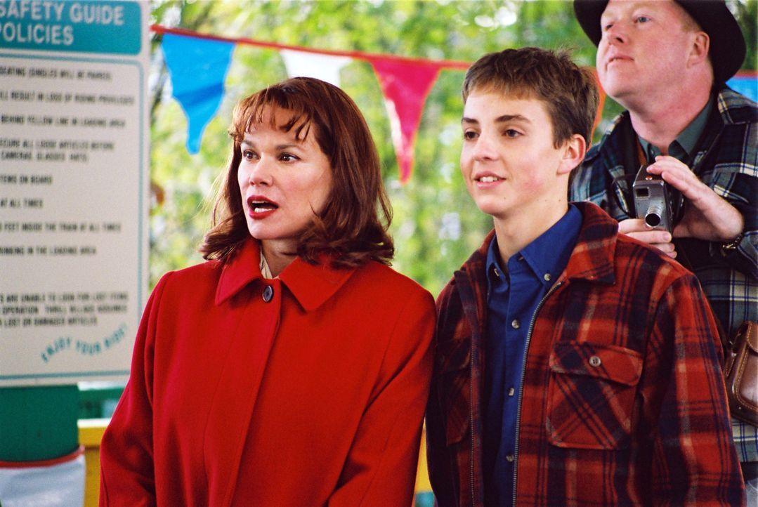 Als Jean Parker (Barbara Hershey, l.) mit ihrem Sohn Alan (Jeffrey Ballard, r.) in einem Freizeitpark mit der Achterbahn fahren will, gerät der Aus... - Bildquelle: ApolloMedia