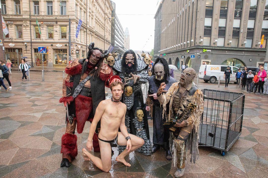 Um in Finnland berühmt zu werden, zieht Luke Mockridge (M.) sogar blank ... - Bildquelle: SAT.1