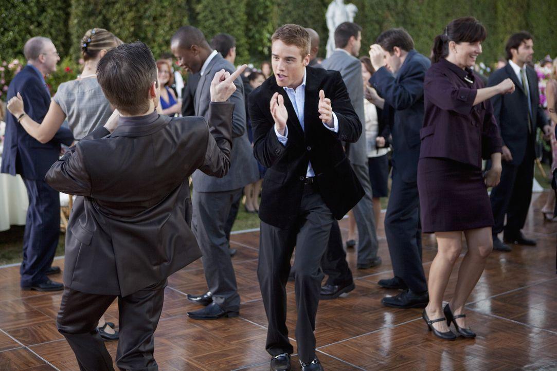 Die Party ist in vollem Gange und auch Griffin (Brando Eaton, M.) amüsiert sich köstlich ... - Bildquelle: Randy Holmes 2010 DISNEY ENTERPRISES, INC. All rights reserved.