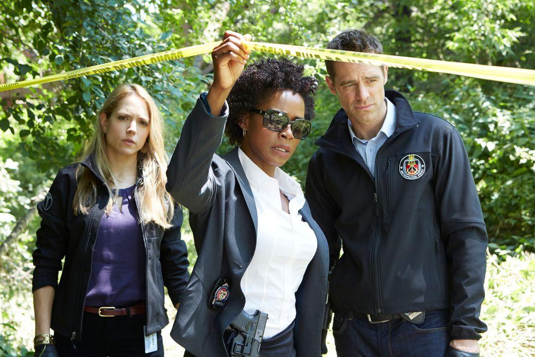 Inspector Diane Caligra (Karen LeBlanc, M.) und ihr Team (David Sutcliffe, r., Brooke Nevin, l.) entdecken eine mysteriöse Mordszene, die sie vor ei... - Bildquelle: BetaFilm