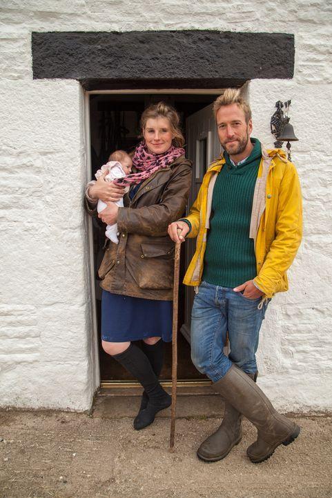 Ben Fogle (r.) ist zu Besuch bei Amanda Owen (l.), die zusammen mit ihrer neunköpfigen Familie und rund 1.000 Schafen an einem der verlassensten Ort... - Bildquelle: 2015 BBC / Renegade Pictures