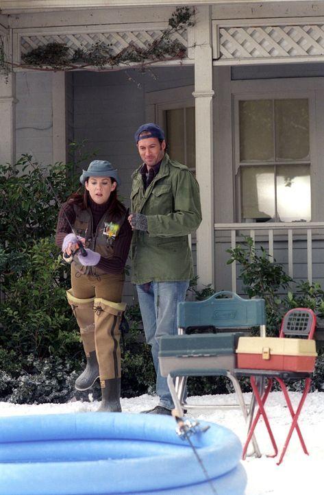 Während Luke (Scott Patterson, r.) versucht, Lorelai (Lauren Graham, l.) das Angeln beizubringen, hat Lane mir ihrer Mutter zu kämpfen, denn diese m... - Bildquelle: 2002 Warner Bros.