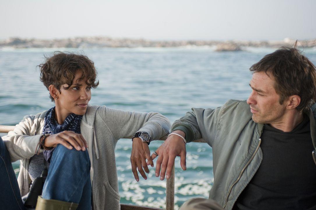 Auf einer gefährlichen Tour kommen sich Kate (Halle Berry, l.) und ihr Ex-Freund Jeff (Olivier Martinez, r.) wieder näher ... - Bildquelle: Magnet Media Group USA; MMP Dark Tide UK; Film Afrika Worldwide (Pty) Limited South Africa