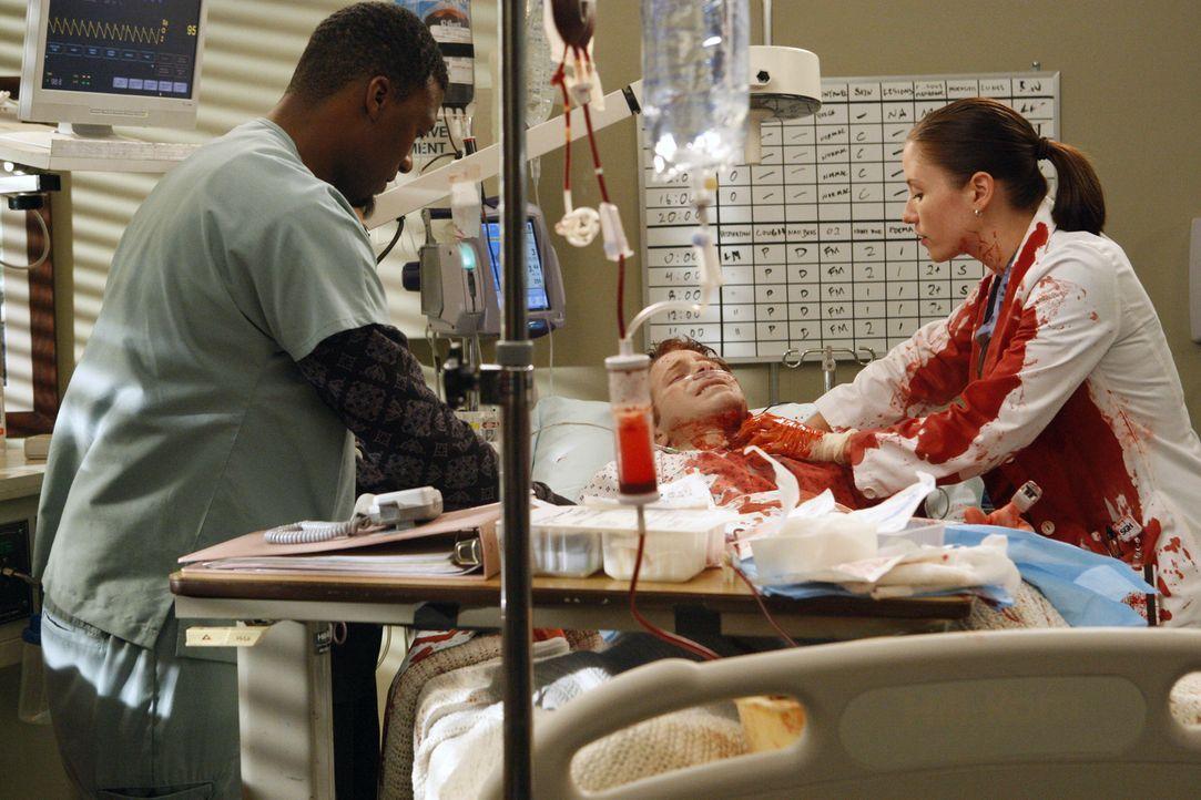 Tyler (Moe Irvin, l.) und Lexie (Chyler Leigh, r.) versuchen, die Blutung bei Nick (Seth Green, M.) zu stillen ... - Bildquelle: Touchstone Television