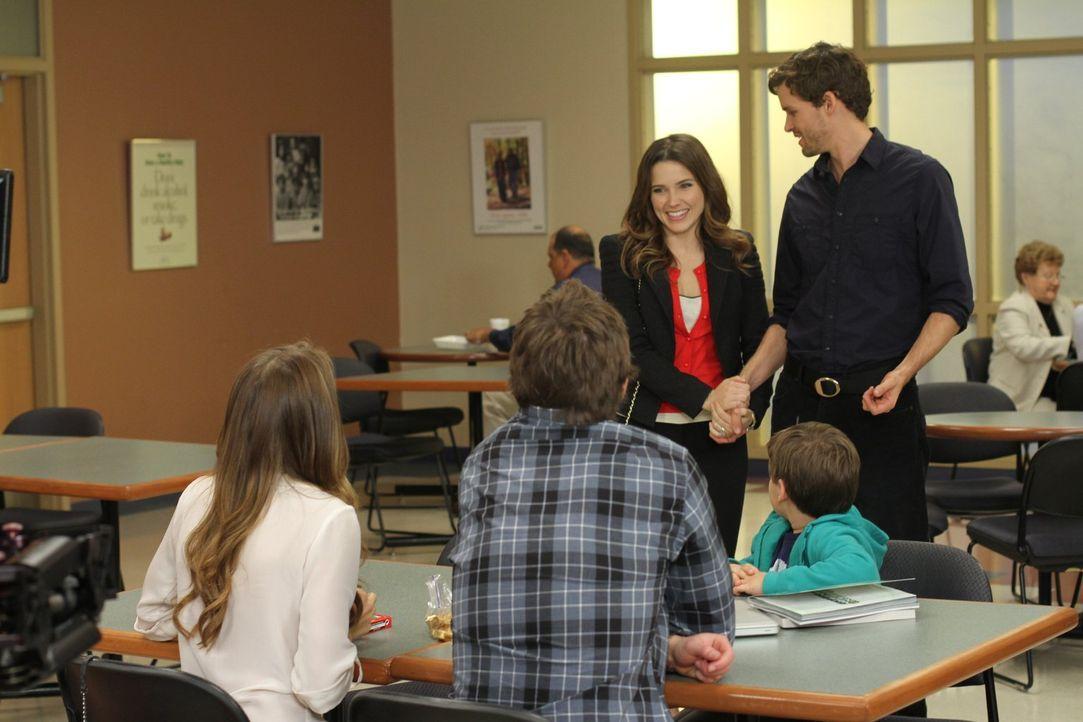 Während Quinn (Shantel VanSanten, l.) und Clay (Robert Buckley, 2.v.l.) Jamie (Jackson Brundage, 2.v.r.) dabei helfen, einen gebührenden Empfang für... - Bildquelle: Warner Bros. Pictures