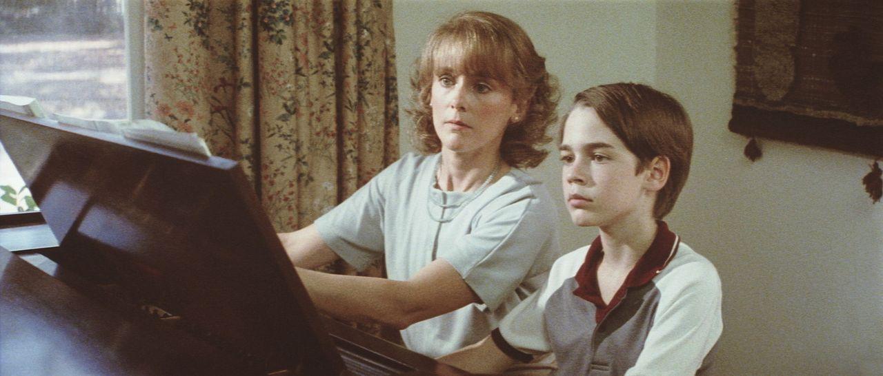 Auch beim Klavierspielen entpuppt sich Daryl (Barret Oliver, r.) als ein absolutes As, sehr zur Verwunderung seiner Adoptivmutter Joyce Richardson (... - Bildquelle: Paramount Pictures
