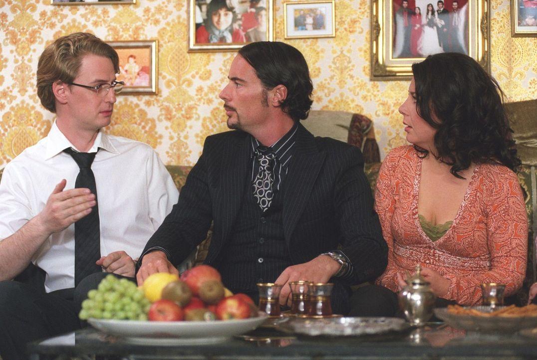 Gemeinsam mit seinem Chauffeur Fred (Florian Simbeck, l.) und seiner Freundin Leyla (Arzu Bazman, r.) findet Mehmet (John Friedmann, M.) heraus, das... - Bildquelle: Sat.1