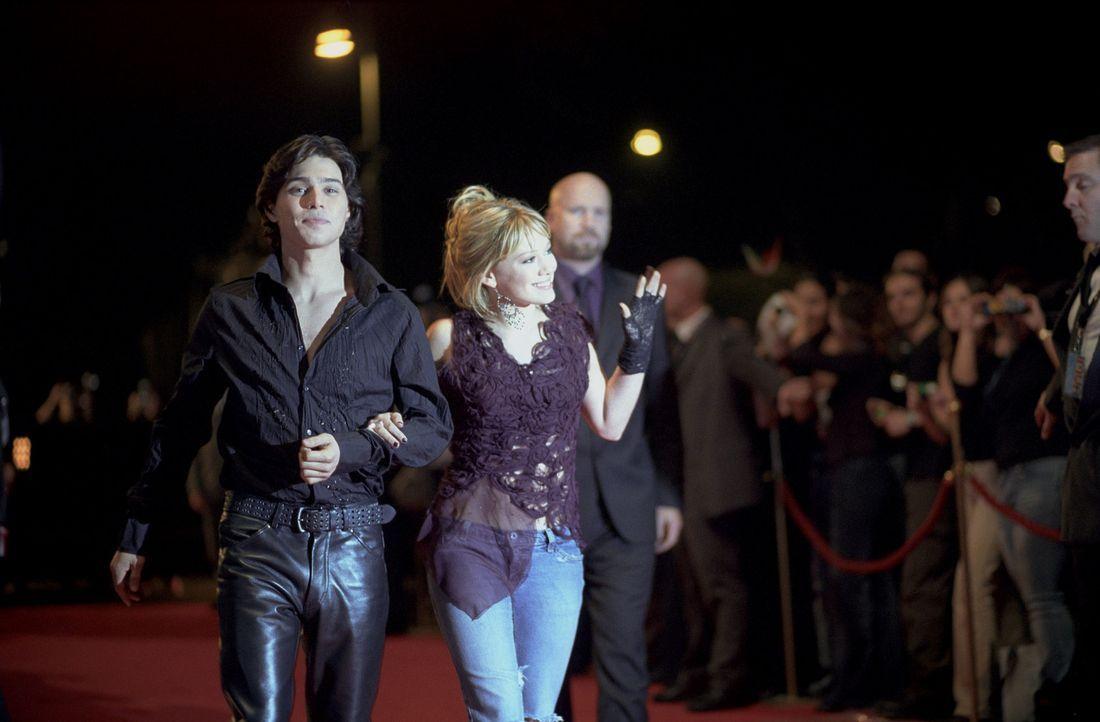 Seitdem Lizzie (Hilary Duff, r.) den berühmten Popstar Isabella spielt und Paolo (Yani Gellman, l.) an ihrer Seite hat, beginnt für sie ein wunder... - Bildquelle: Rob McEwan, Philippe Antonello Buena Vista Distribution