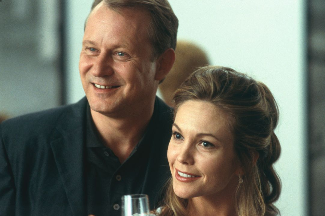 Nach dem Tod ihrer besten Freunde nehmen Erin (Diane Lane, r.) und Terry Glass (Stellan Skarsgård, l.) deren Kinder in ihre Obhut. Doch schon bald... - Bildquelle: 2003 Sony Pictures Television International. All Rights Reserved.