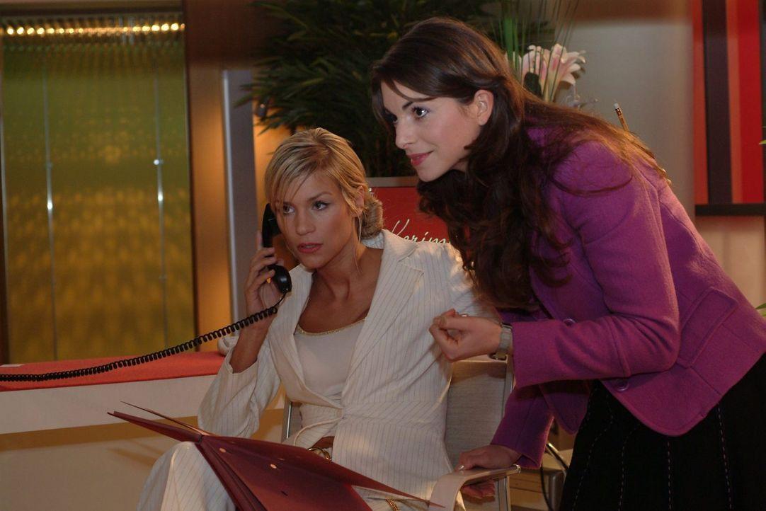 """Mariella (Bianca Hein, r.) sucht nach einem Weg, Sabrina (Nina-Friederike Gnädig, l.) als Davids Assistentin durchzusetzen. Nur so glaubt sie, die """"... - Bildquelle: Monika Schürle Sat.1"""