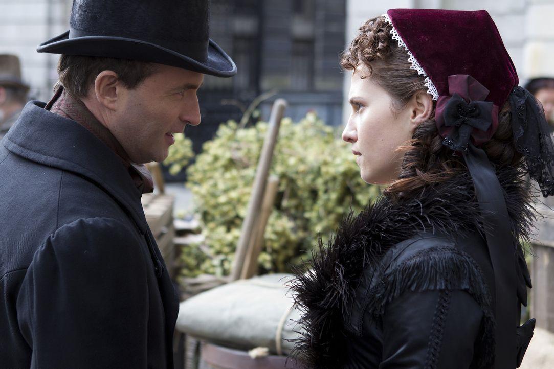 Durch das Erscheinen von Matt i London im Jahre 1868 bekommt Emily (Ruth Bradley, r.) große Probleme mit Henry (Stephen Hogan, l.) ... - Bildquelle: ITV Plc