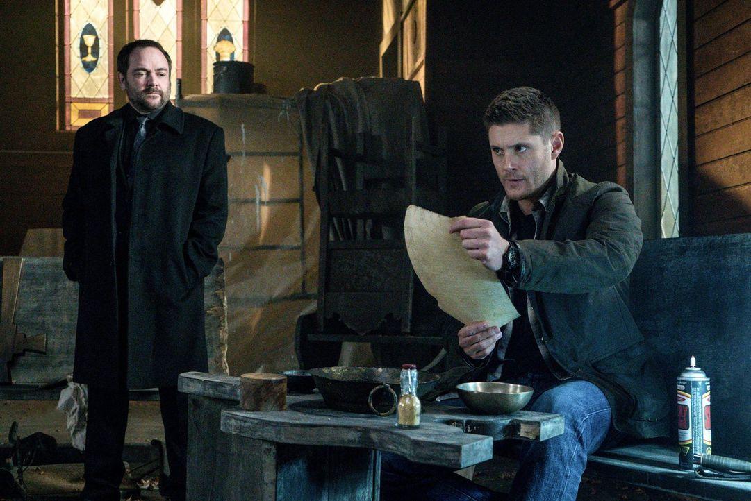 Nachdem Crowley (Mark Sheppard, l.) ein mächtiges Werkzeug gefunden hat, nimmt er Kontakt mit Dean (Jensen Ackles, r.) auf. Doch können die Winchest... - Bildquelle: 2014 Warner Brothers