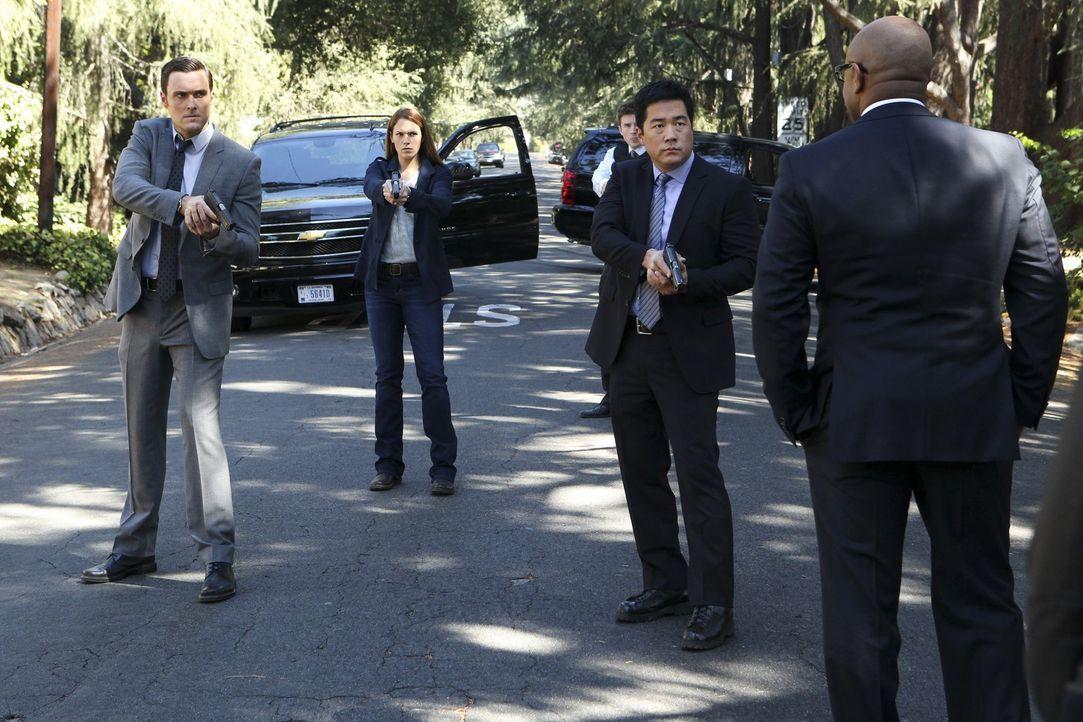 Jane wird auf der Suche nach Red John von FBI Agent Dennis Abbott (Rockmond Dunbar, r.) aufgehalten. Doch nicht lange, denn seine Kollegen Wayne (Ow... - Bildquelle: Warner Bros. Television