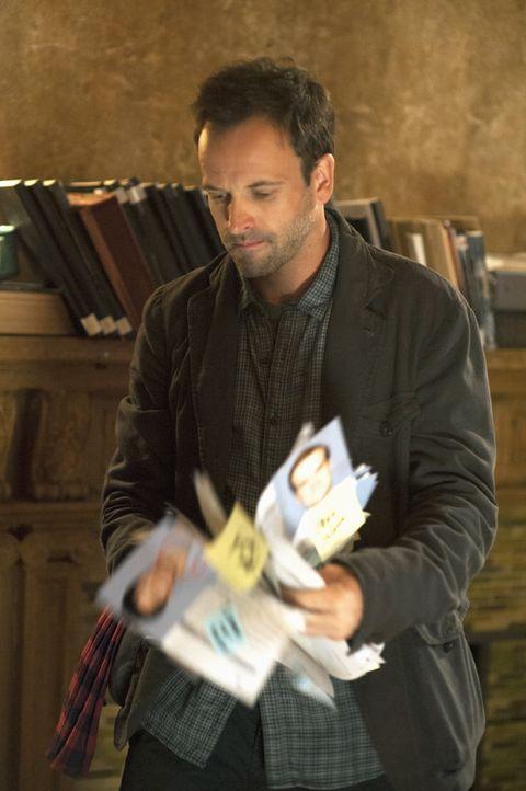 Ermittelt in einem neuen Mordfall: Sherlock Holmes (Jonny Lee Miller) ... - Bildquelle: CBS Television
