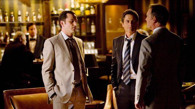 Kevin (Matthew Rhys, l.) vermittelt: Robert (Rob Lowe, M.) erwägt eine Kandid...