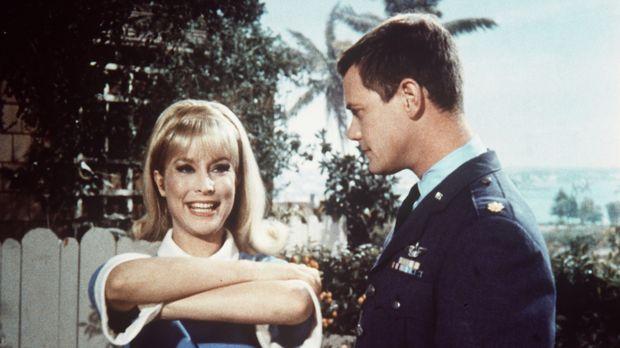 Jeannie (Barbara Eden, l.) will Tony (Larry Hagman, r.) helfen, einen Sehtest...