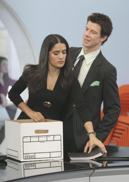 """Daniel (Eric Mabius, r.) gerät mit Sofia (Salma Hayek, l.) aneinander, da diese zusammen mit ihrem Team den Konferenzraum von """"Mode"""" in Beschlag nim... - Bildquelle: Buena Vista International Television"""