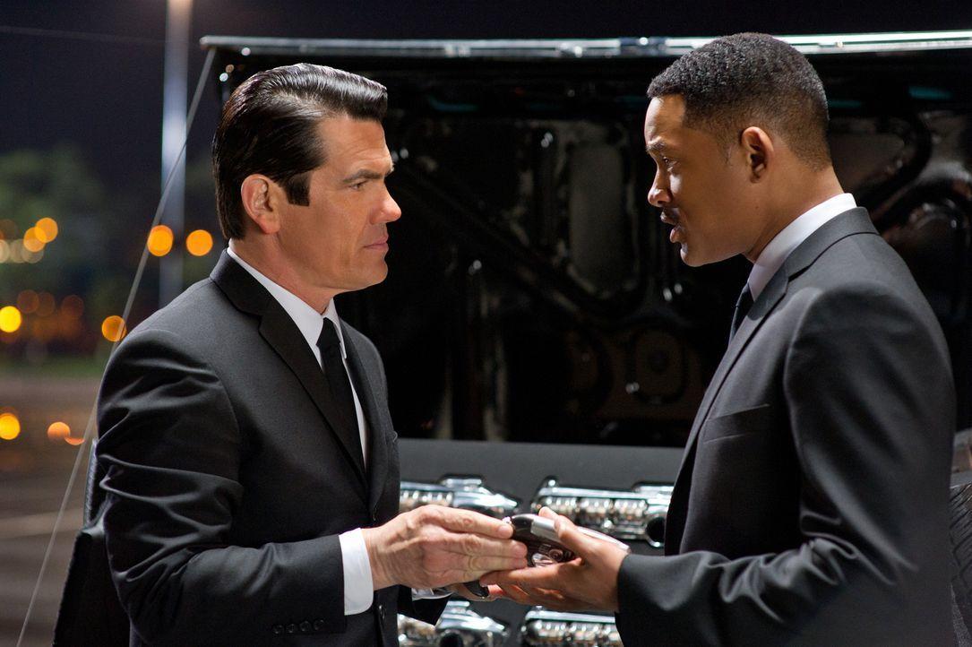 Als das Leben seines Partners in höchste Gefahr gerät, wird Agent J (Will Smith, r.) kurzerhand in die Vergangenheit befördert, wo er sich mit Agent... - Bildquelle: Wilson Webb 2012 Columbia Pictures Industries, Inc.  All rights reserved.