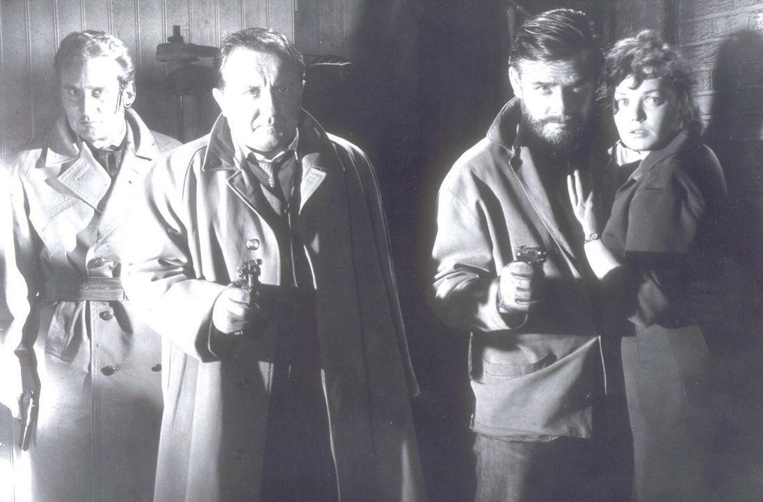 (v.l.n.r.) Josua Broad (Dieter Eppler), Inspektor Elk (Siegfried Lowitz), Richard Gordon (Joachim Fuchsberger) und Ella Bennet (Eva Anthes) sind dem... - Bildquelle: Constantin Film