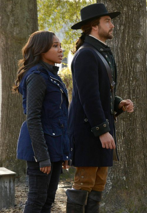 Nur gemeinsam haben Abbie (Nicole Beharie, l.) und Ichabod (Tom Mison, r.) eine Chnace, gegen das Böse zu siegen - in der Vergangenheit und in der G... - Bildquelle: 2014 Fox and its related entities. All rights reserved.