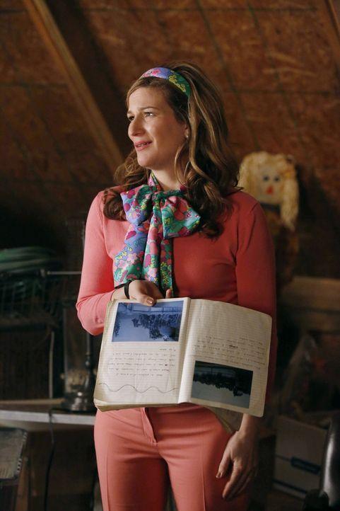 Sheila (Ana Gasteyer) geht jetzt vollkommen in ihrer Makler-Rolle auf. Nachdem ihr Sohn jetzt bald auszieht und aufs College geht, ist sie in einer... - Bildquelle: Warner Brothers