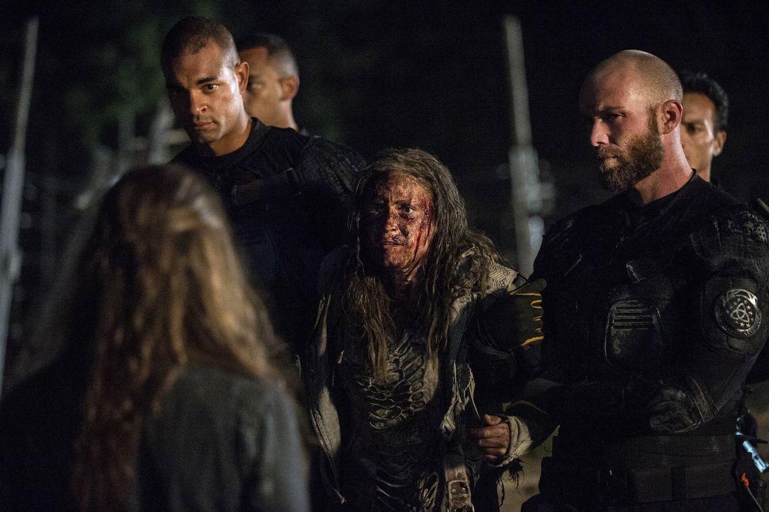 """Während Clarke (Eliza Taylor, M.) endlich im Arc Lager ankommt, kämpft Lincoln in """"Mount Weather"""" mit Höllenqualen ... - Bildquelle: 2014 Warner Brothers"""