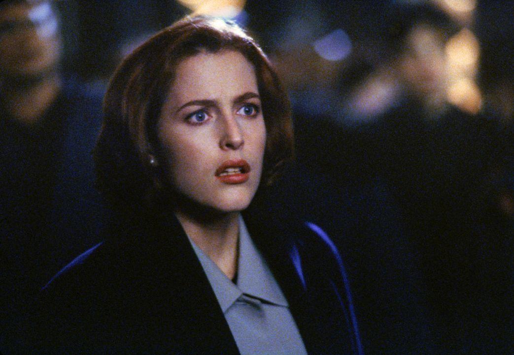 Im Gegensatz zu Mulder ist Scully (Gillian Anderson, Foto) diejenige, die Cassandra Spenders Geschichte glaubt. Bei einer Begegnung mit den Außerird... - Bildquelle: 1997 Twentieth Century Fox Film Corporation. All rights reserved.