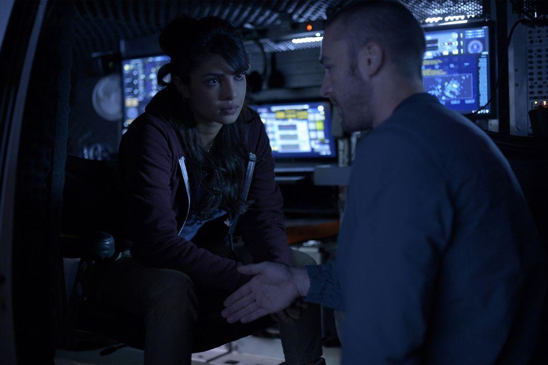 Müssen zusammenarbeiten, um eine Aufgabe von Miranda zu lösen: Alex (Priyanka Chopra, l.) und Ryan (Jake McLaughlin, r.) ... - Bildquelle: Philippe Bosse 2015 ABC Studios