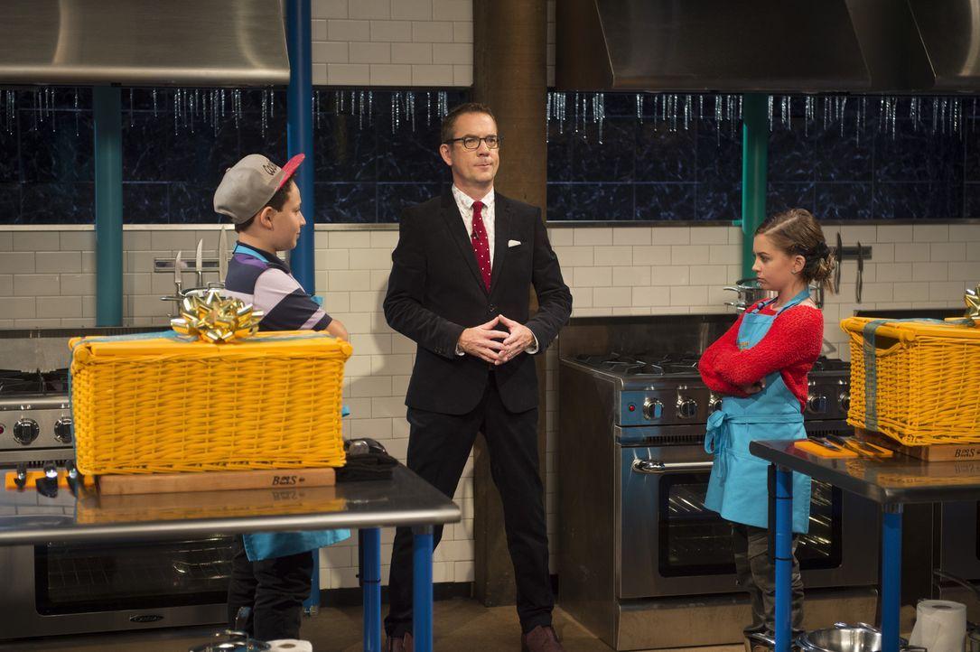 Chopped-Moderator Ted Allen (M.) ist gespannt, welcher der kleinen Meisterköche eine Runde weiterkommt: Aidan (l.) aus der Bronx oder Fashionista No... - Bildquelle: Scott Gries 2015, Television Food Network, G.P. All Rights Reserved